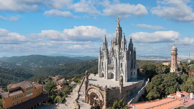 Templo del sagrado corazón de jesús en el monte tibidabo de cielo azul.