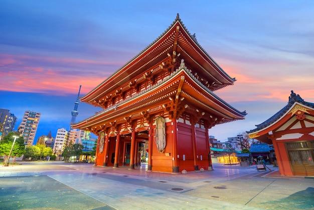 Templo sensoji en el área de asakusa, tokio, japón en la noche