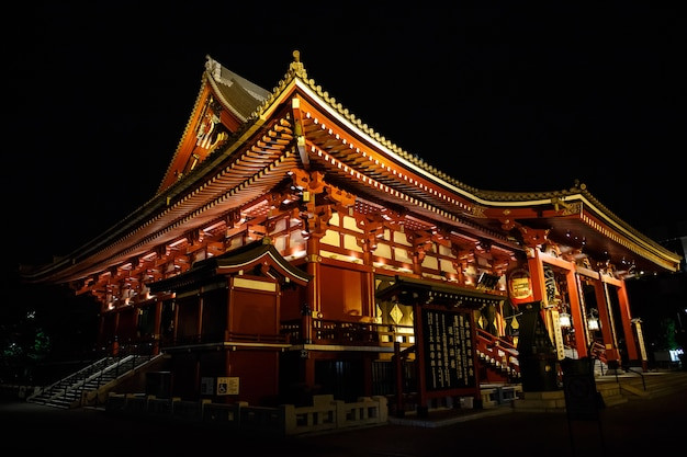 Templo de sensoji, japón - 25 de abril de 2016: la puerta del templo de sensoji en la noche.