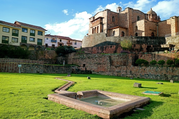 Templo del sol de los incas o coricancha con la iglesia del convento de santo domingo, cusco, perú.