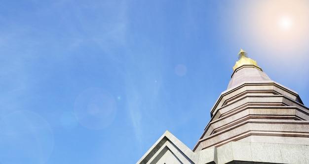 Templo tailandés en la cima de la montaña en chiang mai, tailandia