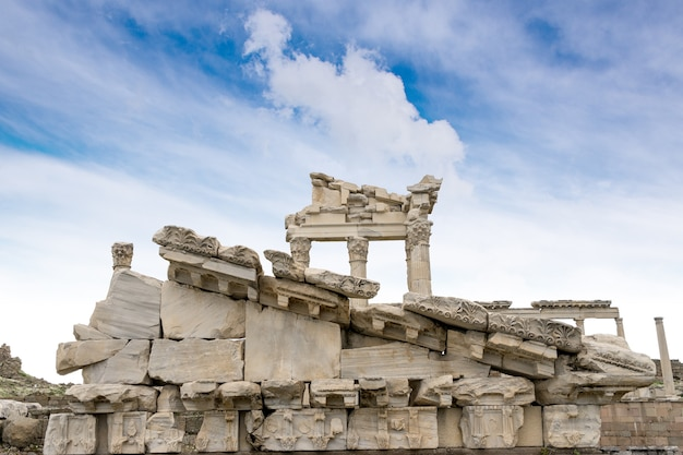Templo de trajano en la antigua ciudad de pérgamo, bergama, turquía