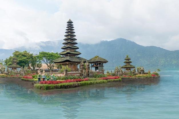 Templo ulun danu cerca del lago