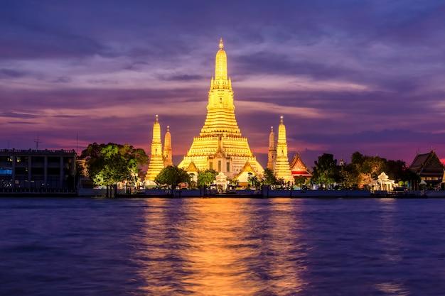 Templo de vista nocturna de wat arun en bangkok, tailandia