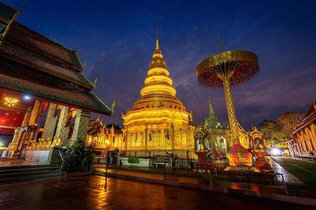 Templo de wat phra that hariphunchai en lamphun, tailandia.