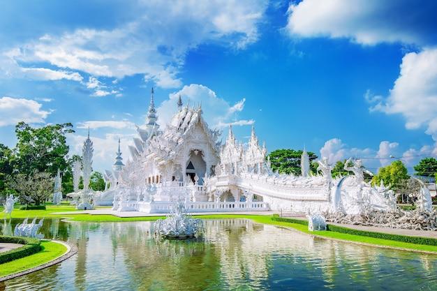 Templo de wat rong khun (templo blanco) en chiang rai, tailandia.