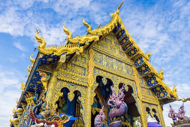 Templo de wat rong sua ten con fondo de cielo azul, provincia de chiang rai, tailandia,