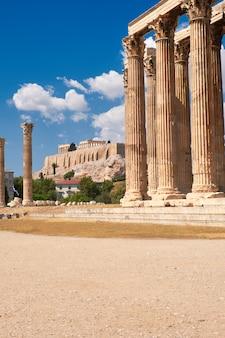 Templo de zeus con acrópolis en el fondo en atenas, grecia