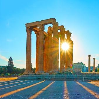 Templo de zeus en atenas al atardecer, grecia