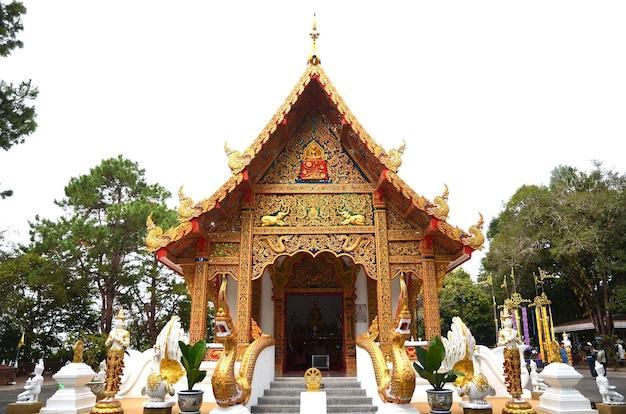 Templos y edificios de artes culturales tailandesas en estilo contemporáneo en wat rong khun, provincia de chiang rai, tailandia