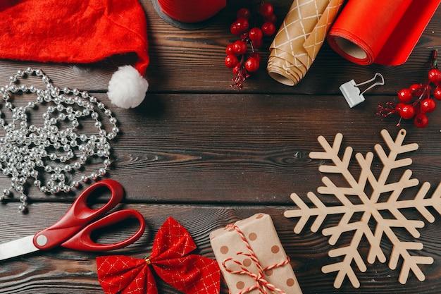Temporada de navidad. accesorios de preparación de vacaciones, vista superior