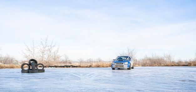 Una temporada de nieve conduciendo, neumáticos de coche de invierno con hielo a la deriva