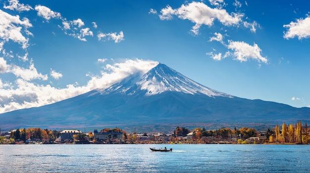 Temporada de otoño y montaña fuji en el lago kawaguchiko, japón.