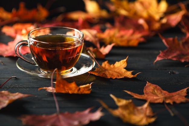 Temporada de otoño, tiempo libre y concepto de la hora del té.