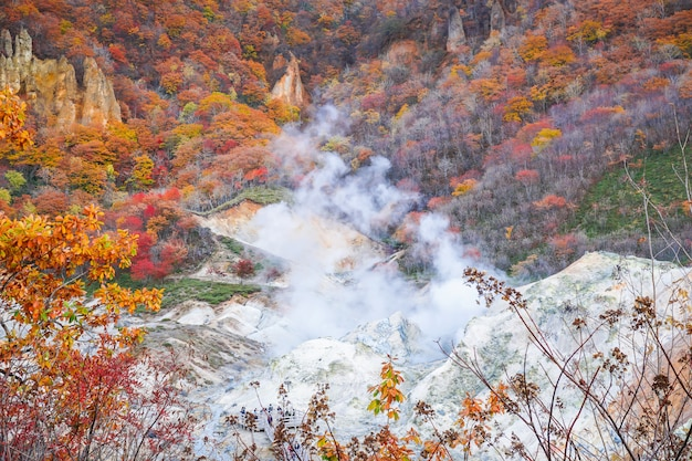Temporada de otoño en el volcán noboribetsu en hokkaido, japón