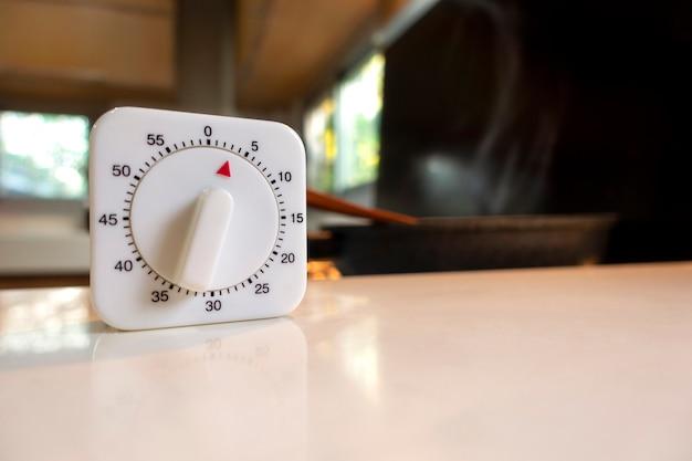 Temporizador de cocina blanco cuenta regresiva sobre la mesa blanca en la cocina moderna de asia