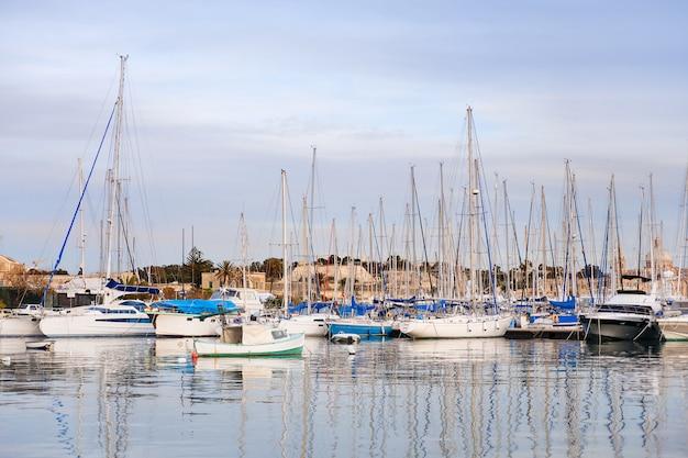 Temprano en la mañana de invierno en el puerto de marsamxett