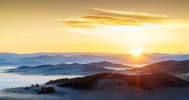 Temprano en la mañana en una montaña