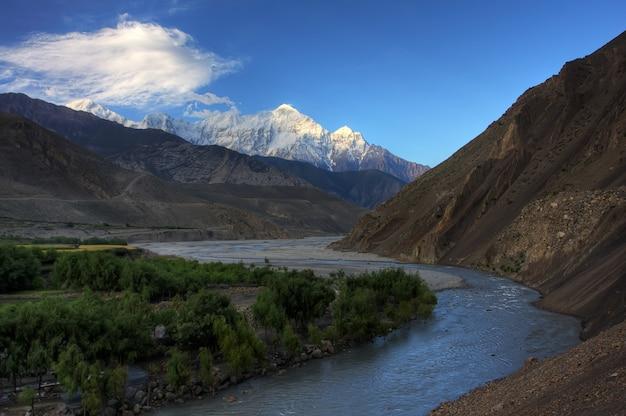 Temprano en la mañana en el valle de kaligandaki debajo de los picos nevados de la montaña norte de annapurna