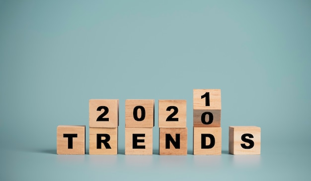 Las tendencias de 2020 a 2021 cambian la redacción de la pantalla de impresión sobre fondo azul, los negocios y el cambio de moda comienzan en año nuevo.