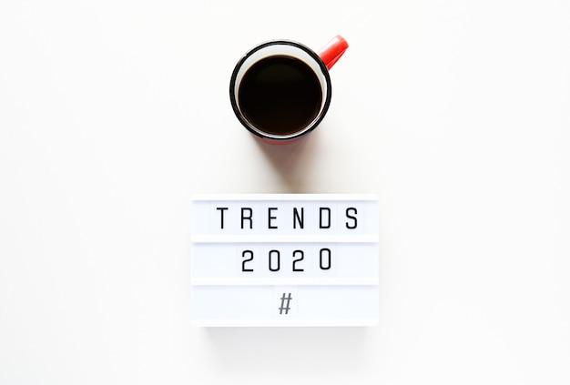 Tendencias 2020 con taza de café
