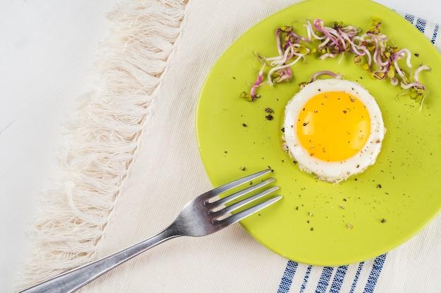Tenedor cerca de huevo frito
