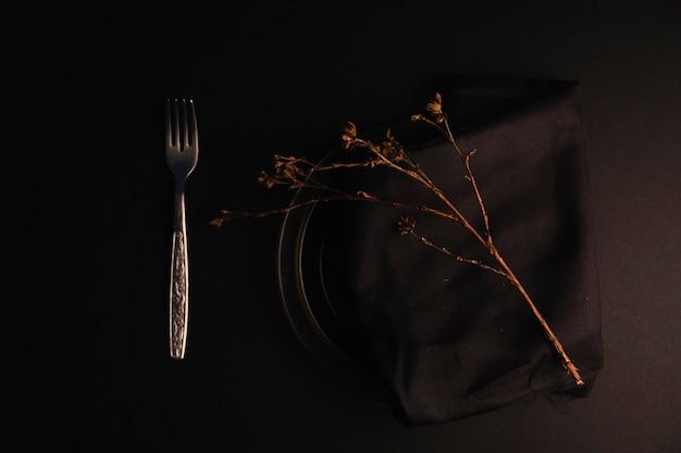 Tenedor cerca de la placa con ramita