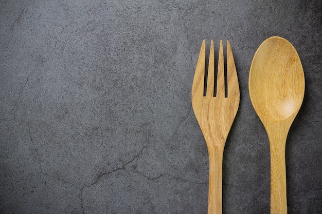 Tenedor y cuchara de madera en la mesa