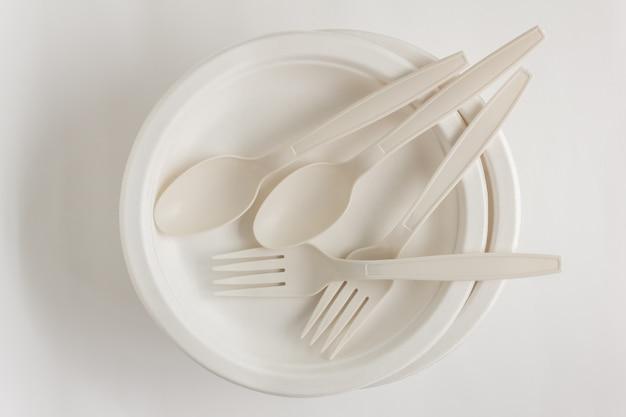 Tenedor y cuchara con plato de papel desechable para fiesta