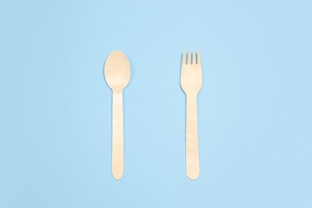 Tenedor y cuchara. vida ecológica: las cosas recicladas orgánicas reemplazan a los polímeros, los plásticos análogos. estilo hogareño, productos naturales para reciclar y no dañinos para el medio ambiente y la salud.