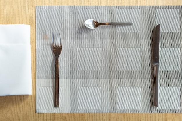 Tenedor, cuchillo y cuchara con servilleta