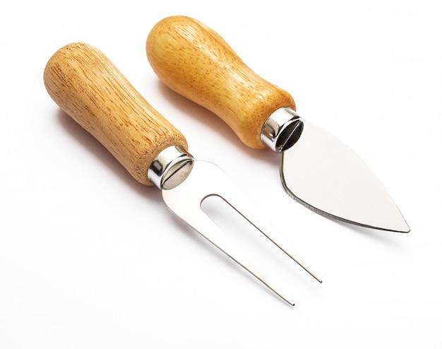 Tenedor y cuchillo para queso. cubiertos específicos para cortar, comer y pinchar los quesos. aislado.