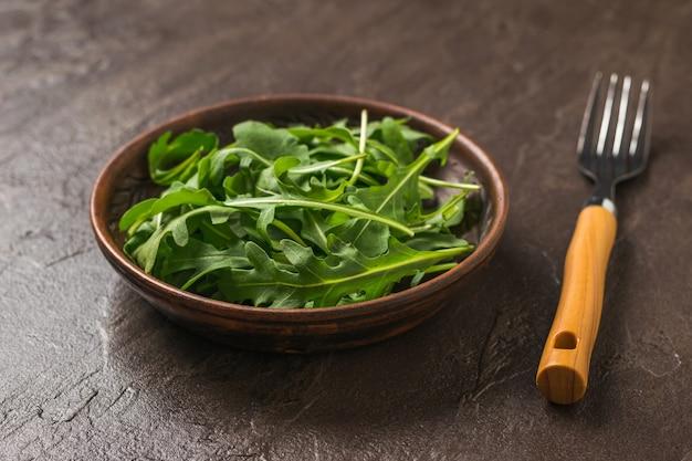 Tenedor y cuenco de arcilla de quinua sobre una superficie de piedra. dieta saludable a base de plantas. cocina vegetariana.