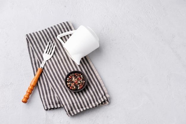 Tenedor espacial con comida de pimienta y mantelería
