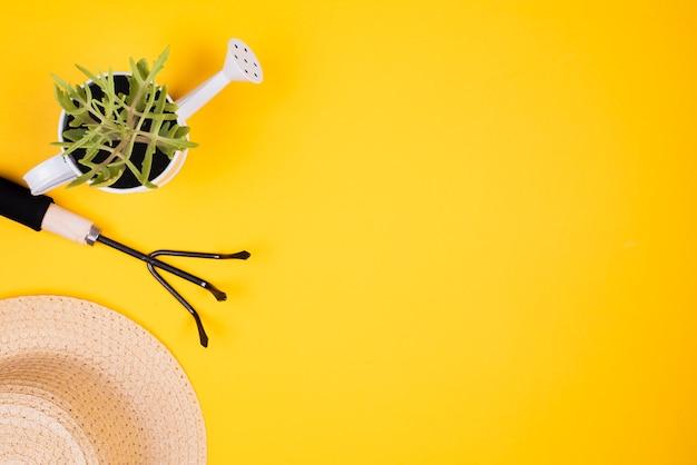 Tenedor de jardinería y sombrero de paja con espacio de copia