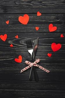 Corbata de mo o a rayas de la moda retro descargar for Tenedor y cuchillo en la mesa