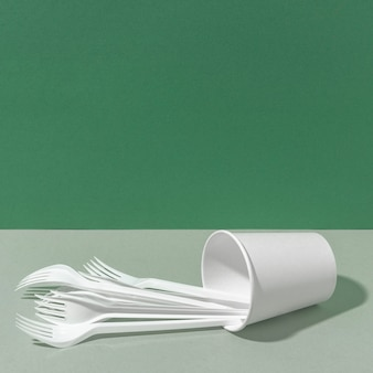 Tenedores de plástico y vaso de papel