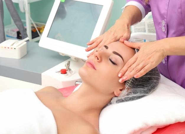 Tener un masaje cosmético.