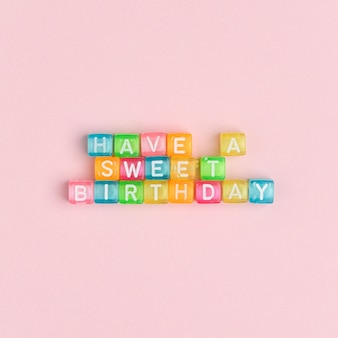 Tenga un dulce cumpleaños perlas letras texto tipografía
