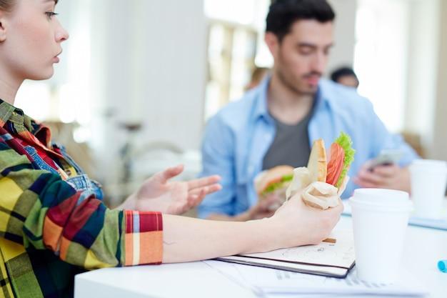 Teniendo sandwich
