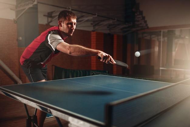 Tenis de mesa, hombre jugando, pelota con rastro. entrenamiento de ping pong indoor