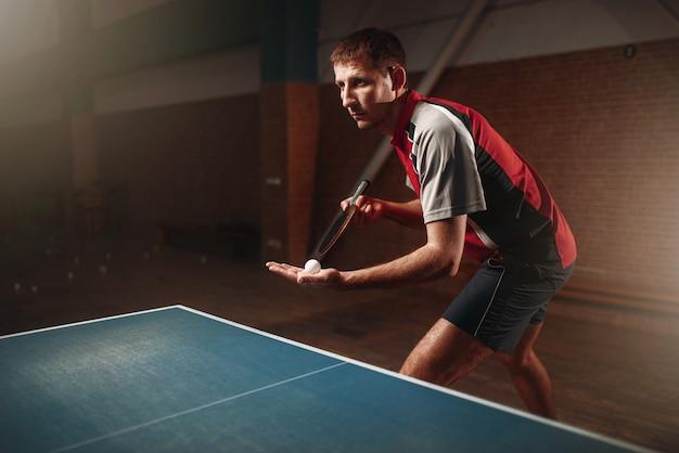 Tenis de mesa, jugador masculino con raqueta y pelota. entrenamiento de ping pong indoor