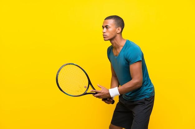 Tenista afroamericano hombre amarillo