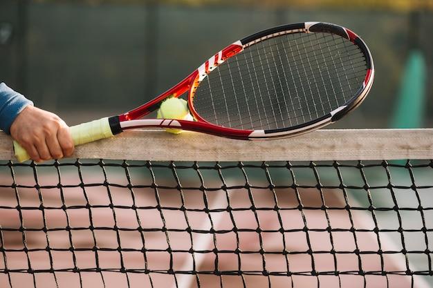 Tenista sosteniendo la raqueta