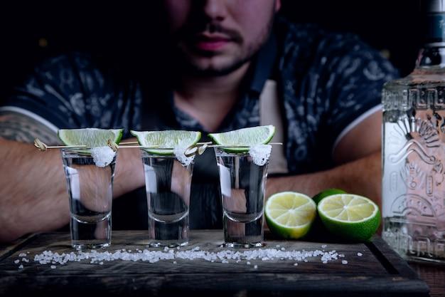 Tequila en la barra con lima y sal