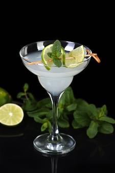Tequila, licor de cítricos, jugo de lima