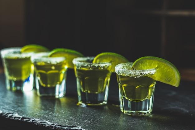 Tequila mexicano dorado con limón y sal