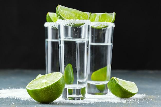 Tequila mexicano en vasos cortos con lima y sal