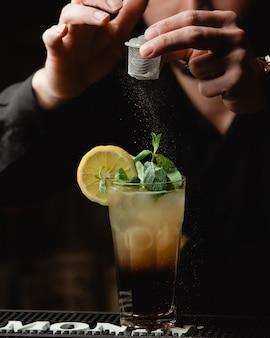 Tequila sunrise con rodaja de limón y sal