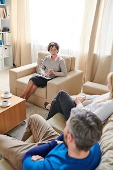 Terapeuta calificado hablando con la pareja sobre sus problemas.